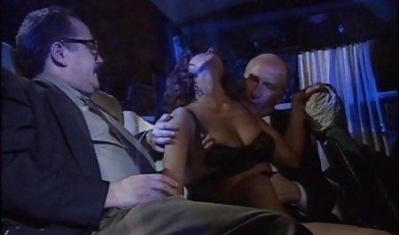 افراد بی سکس بی غیرتی خارجی خانمان به زیبایی در زیرزمین روی پارچه ای کثیف می خندند