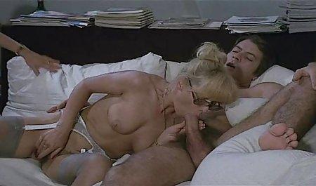 مالاتو روی ماساژ خوابید و یک ماساژور آسیایی اندکی آلت تناسلی را داخل گربه تراشیده شده روی زمین سکس عکس خارجی انداخت.