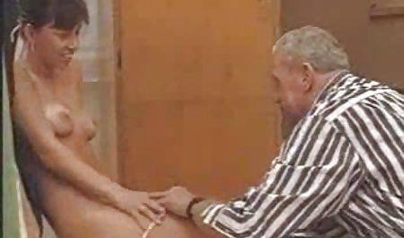 موگلی سیاه با موهای مجعد ، دیک سفید را زانو فیلم سکسی باحال خارجی زده است که در مقابل آقای