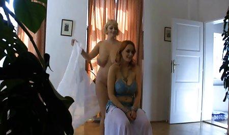 خواهر بازیگوش یک برادر را دید که قبل از صبحانه از زیر فیلم های سکسی بازیگران خارجی شلوارهایش بیرون می آمد و به طرز ناخوشایندی لیس می خورد