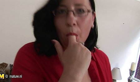 به آرامی یک خروس کج را می خورد و با بزرگ بچه ها سکس ضربدری خارجی استمناء می کند ، و انگشت را به گربه اش فشار می دهد و به سینه اش ختم می شود
