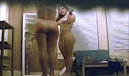 پیرمرد پیرزن فیلم سکسی زن ومرد خارجی روی کاخ فرو رفت و به آرامی سر و چروکیده آلت را با زبانش پوشاند ، پنجاه دلار به او پرداخت کرد