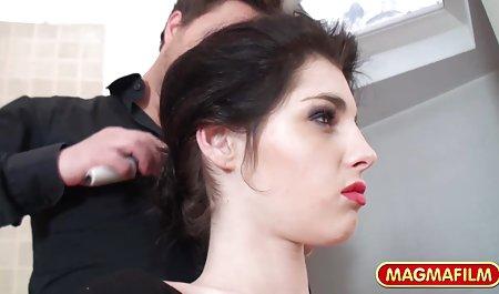 زودتر از حد معمول برمی گشت سکس زیبا خارجی و مرد جوانی را با یک زن گرفتار می کند که عضو آن در دهان او است
