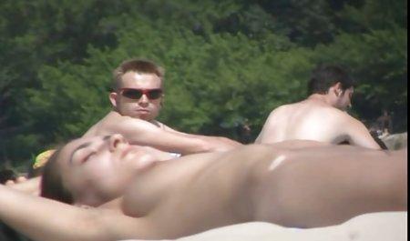 دختر آدیگه با نوک سینه های عکسهای سکسی سوپر خارجی سوراخ شده جلوی تماشاگران در حال گپ زدن است