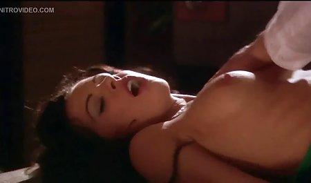 دختر جوان در الاغ سکس خارجی جدید در توالت می خورد و لعنتی