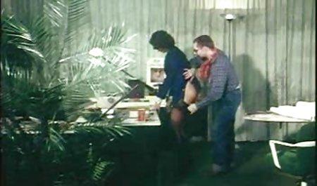 مرد چاق یقه ای را روی یک زن استخوانی قرار داد و یک آلت تناسلی کوچک دانلود سریال های سکسی خارجی را روی گونه گرفت